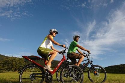 personas-montando-bicicleta-electrica